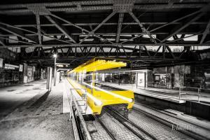 Schwarzweissbild mit gelber Strassenbahn in Lichtgeschwindigkeit am Nordbahnhof