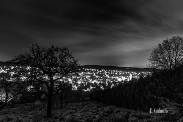 Schwarzweiß Aufnahme mit einer Aussicht auf Aidlingen in der Nacht