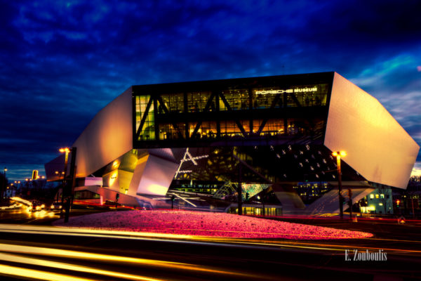 Bild vom Porsche Museum zur blauen Stunde