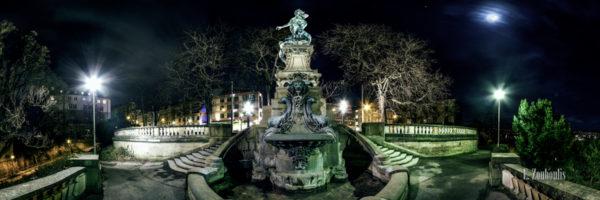 360 Grad Panorama am Eugensplatz bei Nacht. In der Mitte ist der Galatea Brunnen zu sehen und rechts oben im Bild der Vollmond