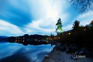 Aufnahme zur blauen Stunde am Titisee, Schwarzwald. Links im Bild der See, der durch die lange Belichtungszeit die vorüberziehenden Wolken spiegelt