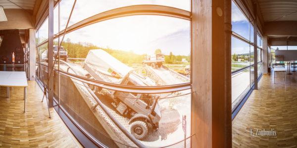 Blick hinaus aus den Fenstern des Unimog Museums in Gaggenau auf den Parcours