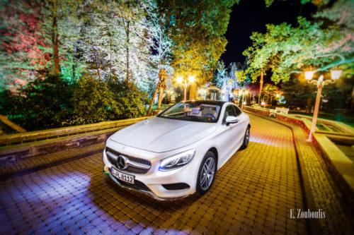 Nacht-Aufnahme einer weißen Mercedes S-Klasse im Europapark, umgeben von Bäumen