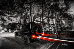 Schwarzweiß-Aufnahme eines Mercedes G63, der im Europa Park einen roten Lichtschweif hinterlässt