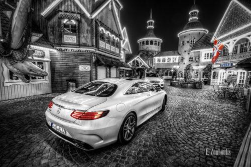 Nacht-Aufnahme einer weißen Mercedes S-Klasse im Norwegischen Viertel des Europapark neben einem Hai