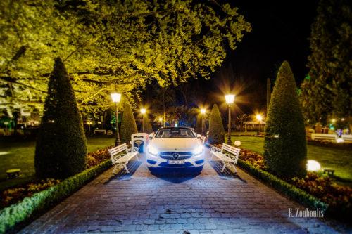 Nacht-Aufnahme einer weißen Mercedes S-Klasse im Europapark, umgeben von Bäumen und einem schönen Park
