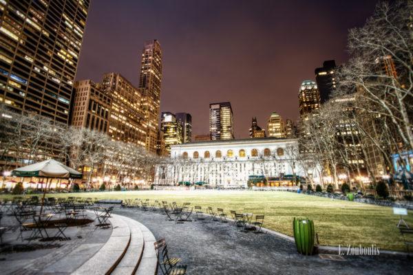Nachtaufnahme im Bryant Park, in der Innenstadt von New York