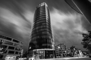 Schwarzweiß-Aufnahme am Colorado Turm in Stuttgart-Vaihingen abends im Vorfeld eines Sturms