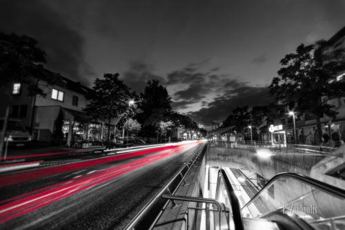 Schwarzweiß-Aufnahme in Stuttgart-Sillenbuch mit roten Light Trails, die die Dynamik des Verkehrs zum Ausdruck bringen