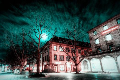 Vollmond bei einer grün / blau rötlichen Stimmung am Schlossplatz in Stuttgart bei Nacht