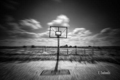 Dynamische Schwarzweiß-Aufnahme an einem verlassenen Basketballplatz