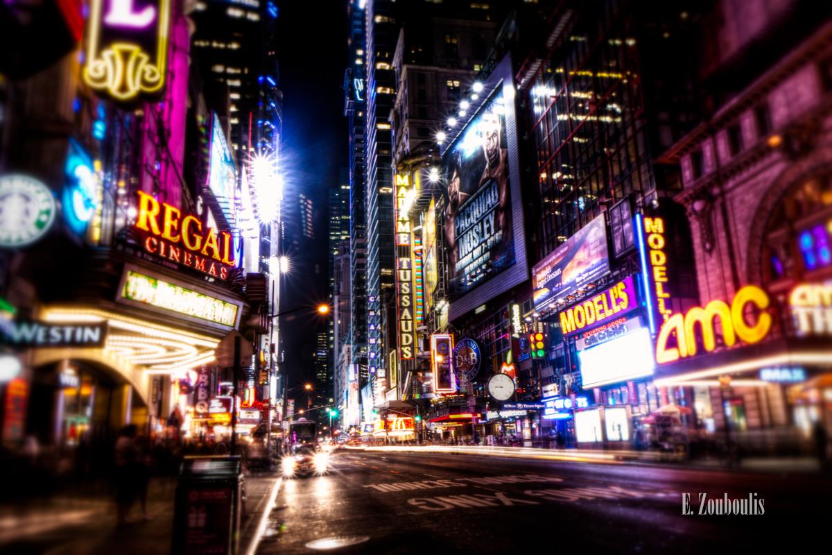Nachtaufnahme im Herzen von New York City. An der West 42nd Street sieht man die funkelnden Lichter die aus allen möglichen Reklametafeln zum Betrachter emittiert werden
