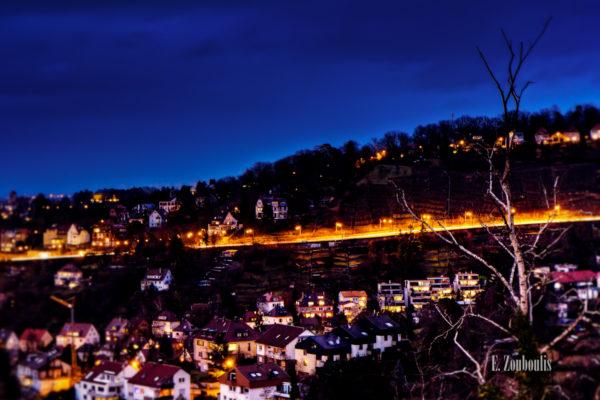 Aufnahme zur blauen Stunde von der Alten Weinsteige in Stuttgart mit Blick Richtung Neue Weinsteige