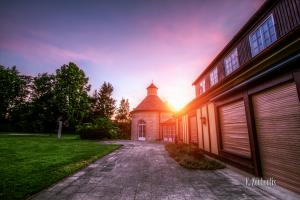 Aufnahme bei Sonnenuntergang an der Villa Schwalbenhof in Gärtringen. Die Sonne geht hinter dem Turmgebäude der Villa langsam unter
