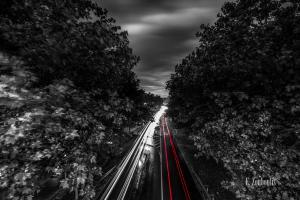 Schwarzweiß-Aufnahme bei Nacht in Herrenberg mit roten und weißen Lichtschweifen, die den Verkehr sichtbar machen