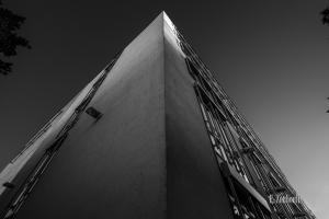 Schwarzweiß-Aufnahme am Gebäude der Mercedes Benz Bank am Pragsattel in Stuttgart