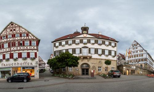 Rundumsicht am Marktplatz in Herrenberg mit dem Rathaus in der Mitte