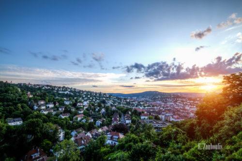 Tiefstehende Sonne über den Dächern von Stuttgart, gesehen von der Neuen Weinsteige