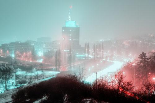 Nachtaufnahme in Stuttgart Nord mit Blick auf den Bülow Turm in einer grün / blau roten Stimmung