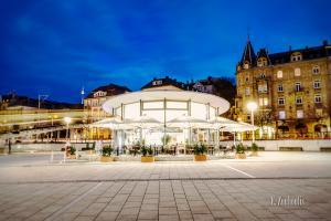 Aufnahme zur blauen Stunde am Marienplatz in Stuttgart. In der Mitte des Bildes ist das La Luna Cafe und links das Restlicht der Zahnradbahn vor dem Fernsehturm