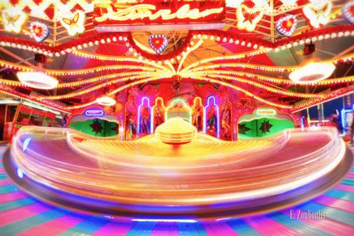 Langzeitaufnahme auf dem Cannstatter Wasen in Stuttgart. Beim Volksfest entsteht durch die Bewegung ein farbenfroher Kreisel