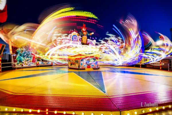 Nachtaufnahme auf dem Cannstatter Wasen mit schönem Farbspiel einer Fahrt-Attraktion