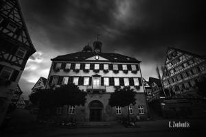 Schwarzweiß-Aufnahme am Marktplatz vor dem Rathaus in Herrenberg