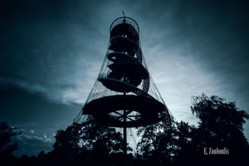 Der Killesbergturm als Silhouette in einer bläulichen Stimmung