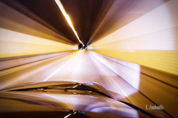 Nachtaufnahme im Schwabtunnel in Stuttgart aus einem fahrenden Auto heraus