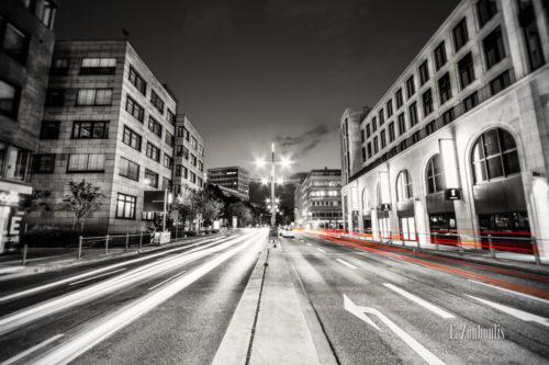 Schwarzweiß-Aufnahme am Gerber in Stuttgart mit roten Lichtschweifen, die den Verkehr kennzeichnen