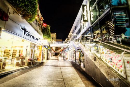 Nachtaufnahme in einer Einkaufsgasse in der Stuttgarter Innenstadt
