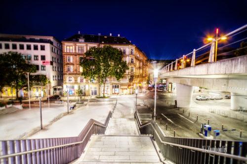 Farbenfrohe Aufnahme zur blauen Stunde an der Paulinenbrücke in Stuttgart