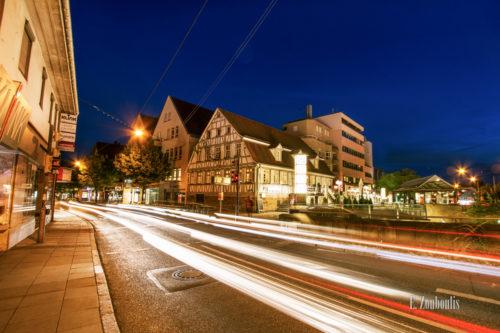Nachtaufnahme an der Epplestraße in Stuttgart Degerloch. Im Vordergrund sind Lichtschweife des vorbeiziehenden Verkehrs zu sehen