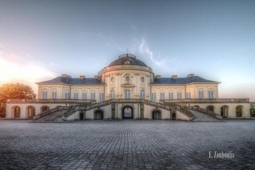 Das Schloss Solitude im Rokoko Stil in Stuttgart bei tiefstehender Sonne.