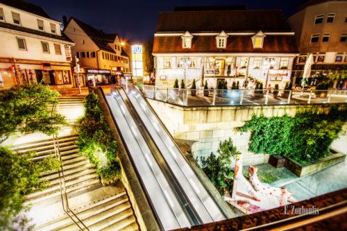 Nachtaufnahme in Stuttgart Degerloch. Die Rolltreppe führ hinauf zu dem schönen Fachwerkhaus der Pils-Stube Ritter