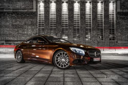 Nachtaufnahme einer Mercedes Benz S-Klasse. Im Hintergrund ein roter Lichtschweif