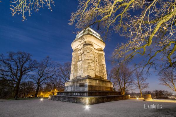 Nacht Aufnahme am Bismarckturm in Stuttgart. Auf dem Boden liegt der Schnee