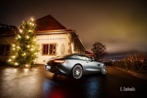 Nachtaufnahme eines Mercedes AMG GTS vor dem Collegium Wirtemberg am Rotenberg, Stuttgart mit Blick auf den Weinberg und den Lichtern der Stadt