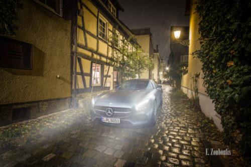 Regnerische Nachtaufnahme eines Mercedes Benz AMG GTS in der Franziskanergasse in Esslingen. Der Regen tropft auf den Pflasterstein. Entlang der Gasse befinden sich die schönen Fachwerkhäuser der Altstadt