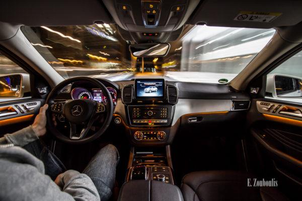 Nachtaufnahme in einem fahrenden Mercedes Benz GLE in Stuttgart. Bild entstanden auf Einladung von Mercedes Benz