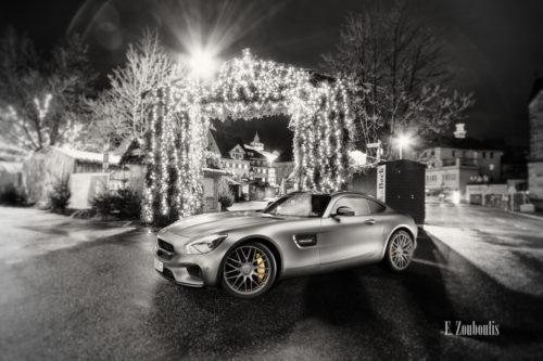 Schwarzweiß Aufnahme mit gelben Elementen eines Mercedes Benz AMG GTS am Weihnachtsmarkt in Esslingen