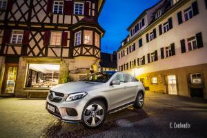 Abendliche Aufnahme zur blauen Stunde eines weißen Mercedes GLE vor den Fachwerkhäusern von Herrenberg. Bild entstanden auf Einladung von Mercedes Benz