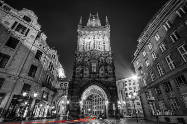 Nachtaufnahme am Pulverturm in Prag am Platz der Republik. Roter Lichtschweife kennzeichnen den durchfahrenden Verkehr bei Nacht