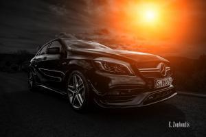 Schwarzweiß Aufnahme mit farbigem Lichtelement einer schwarzen Mercedes AMG A-Klasse. Bild entstanden auf Einladung von Mercedes Benz