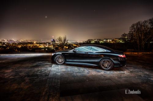 Nachtaufnahme einer Mercedes S-Klasse Coupè. Im Hintergrund sind die funkelnden Lichter der Stadt Stuttgart zu sehen. Bild entstanden auf Einladung von Mercedes Benz