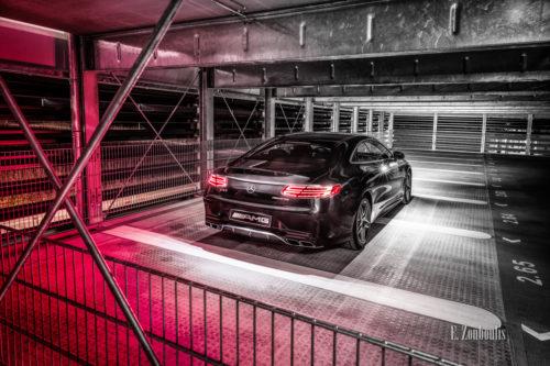 Schwarzweiß Bild mit farbiger Stimmung einer Mercedes Benz AMG S-Klasse auf dem Parkdeck in Affalterbach. Bild entstanden auf Einladung von Mercedes Benz