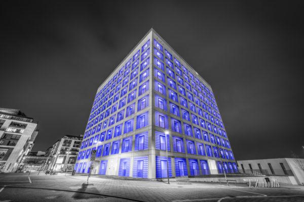 Schwarzweiß Aufnahme mit blauen Lichtelementen der Stadtbibliothek Stuttgart
