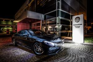 Nachtaufnahme einer schwarzen Mercedes AMG S-Klasse Coupè vor der Hauptzentrale auf Einladung von Mercedes Benz