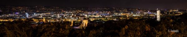 Nächtliches Panorama von Stuttgart mit Blick auf die Stuttgarter Innenstadt. In der Mitte des Bildes befindet sich der Charlottenplatz