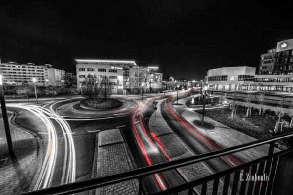Schwarzweiß-Aufnahme in Böblingen mit roten und gelben Elementen, die den Verkehr sichtbar machen